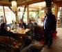 Conny, Mirko u. Thom mit Bill am Tisch mit Claudia, Harald u. Elli unterm Tisch
